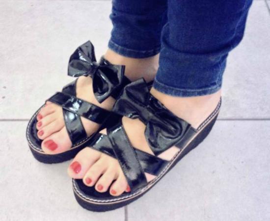 ¿Decime si no son un amor? estas sandalias con plataforma encharoladas con un moño divinas para combinar con casi todo. Son de Guara Shoos.