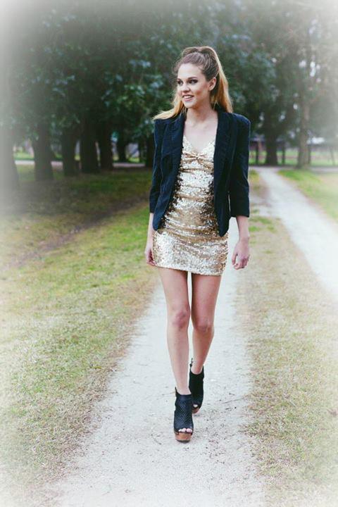 Brillos, brillos y brillos. El gold y el champagne son los colores más brillantes del verano. El vestido Kate acompañado del Blazer Sienna son una opción segura y cool.