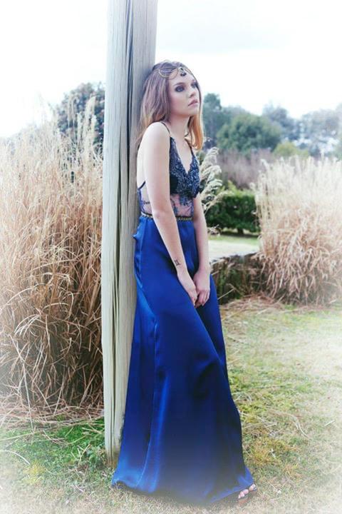Absolutamente pro para eventos y fiestas nocturnas. El vestido Carlota azul de Penny es un derroche de glamour.