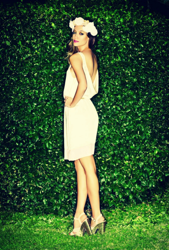 Clásico, tranquilo y relajado. Una opción para las más clásicas pero bien sexy. Vestido blanco ahí nomás de la rodilla, pero con una espalda altamente sugerente,