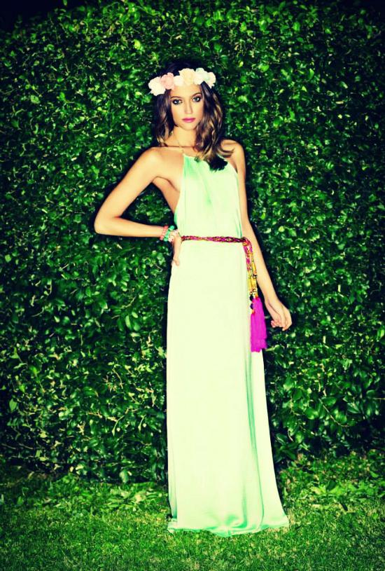 Otra opción en largos, es este vestido potro de Cambac. Verde claro con una caída de sueño. Se llama Cartagena y va genial con un cinturón marrón, dorado y por qué no con tachas.