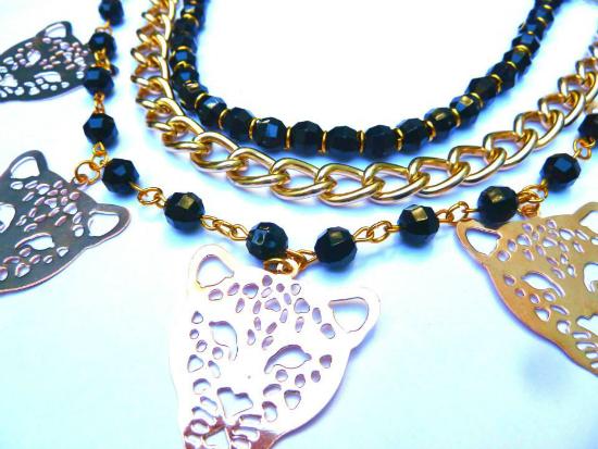 El mix negro - dorado es lo más. Este collar es de Las Marinas.