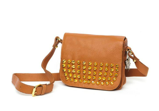 Simples detalles dorados en esta cartera de Yugar Bags.