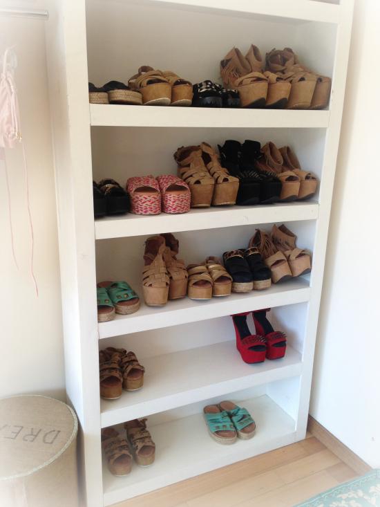 Dos repisas llenas de zapatos de los que siempre soñaste.