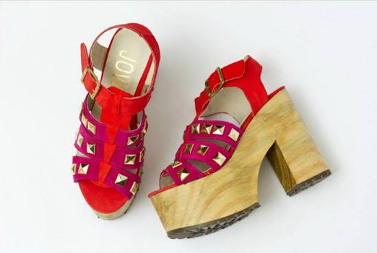 Plataforma GIGANTE en madera. Este modelo con tachas y la combinación de rojo-rosa es lo más. Son los Cati.