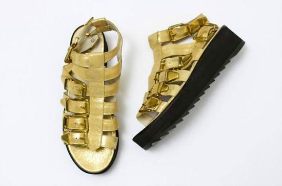 Más modelos de sandalias copadas, estas están también en negro.