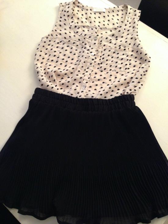 Look 2: Una linda opción para la oficina, pollera negra y camisa sin mangas con boquitas. Fuego.