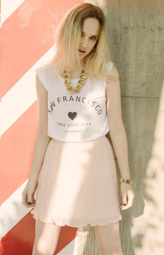 Para un estilo más girly, amé esta pollera combinada con la reme blanca.
