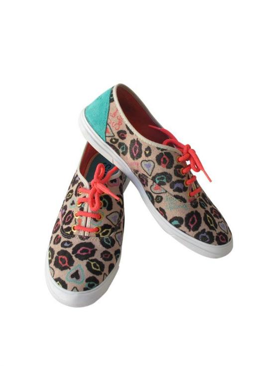 Simones lanzó hace poquito su colección de zapatillas, están muy buenas.