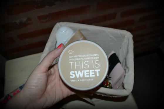 This is Sweet, dice este pote de crema exfoliante que me cambió la vida. Es el Vainilla Body Scrub de VZ. Olvidate de las piernas secas o rasposas post invierno, el resultado es inmediato.