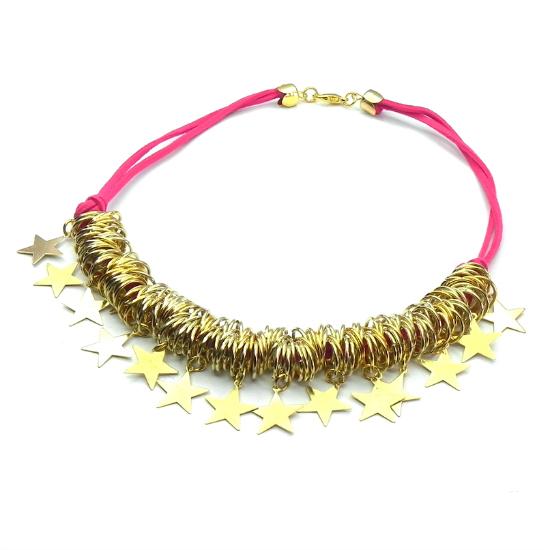 El dorado viene super combinado con colores fuertes en los accesorios y me encanta. Este es de A lo mejor Carlota.
