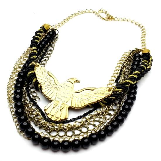 El dorado y el negro hacen una pareja increíble. Este es de A lo mejor Carlota, pero podés jugar mezclando collares tuyos, negros y dorados.