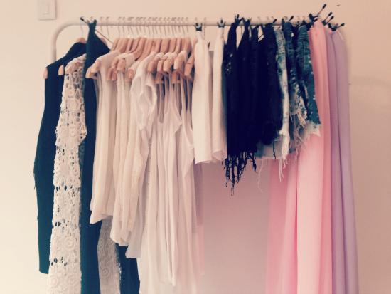 Maxi faldas en rosa y lila, shorts de jeans con techas, camisas con flecos y muchas remeras con estampas.