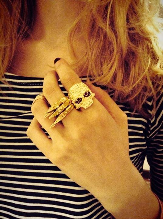 Amor por el anillo calavera de