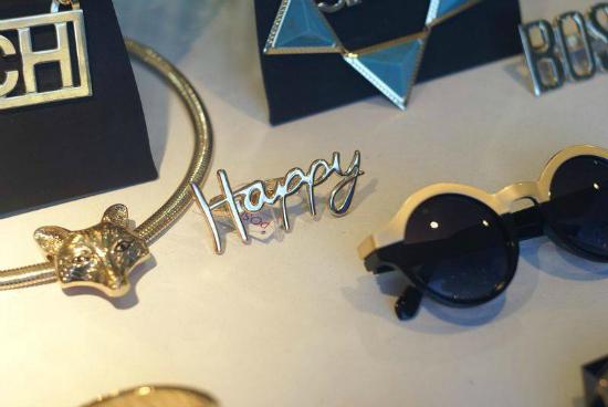 Gold, gold gold. Anteojos, prendedores, collares y demás yerbas en Positivo Design.