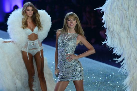 Con un look muy Taylor Swift, la cantante americana cantó Trouble, entre los ángeles de Victoria Secret.