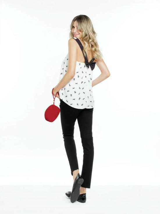 URB: Black & White en un look copado para el calor con remera fresca y pantalón negro clásico.