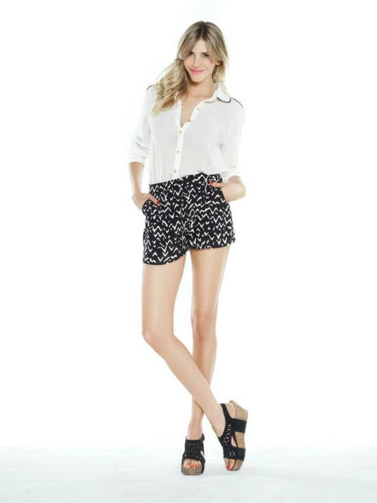 URB: Short liviano, camisa blanca y sandalias, fresco y elegante.