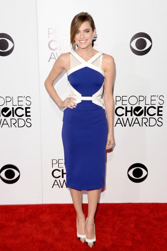Elegante y sexy, Allison Williams eligió un color que siempre despierta pasiones. Un azul eléctrico combinado con blanco con algunos cortes en la espalda y en los laterales. Es de David Koma.