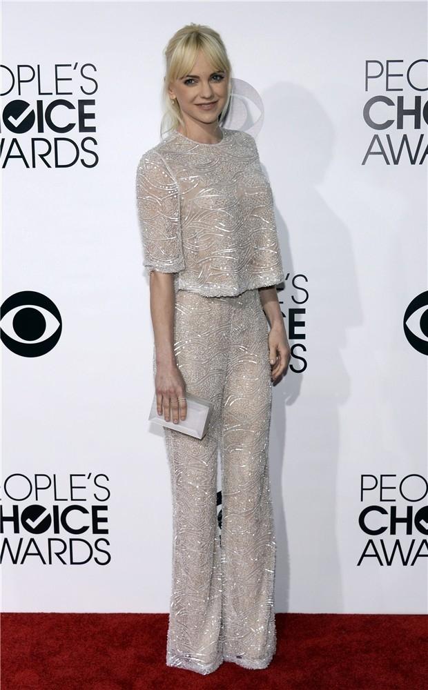 Una de las pocas que se animó a los pantalones ?y que atinada fue! Anna Faris, llegó con un look super brillante a los People's Choice Awards 2014. Es de la temporada Spring 2014 de Naeem Khan.