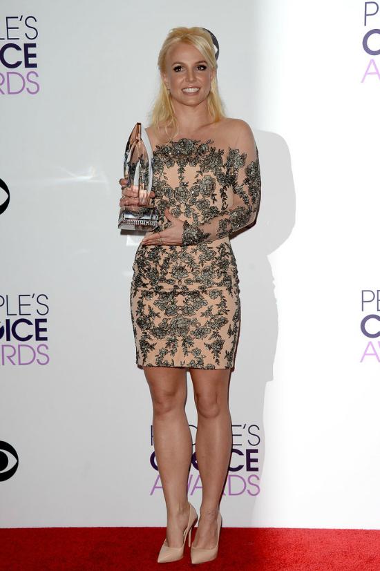 Britney llegó tarde y ganó premio. Pero eso no es todo, le ganó a Justin Timberlake su ex de las épocas doradas. El vestido, es de Mikael D, está bueno, pero no sé si fue la mejor elección de Britney.