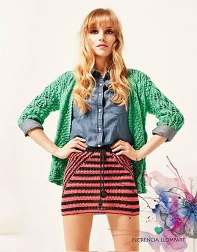 El cardigan Emma en verde combinado con una camisa de jean y la mini Nikita. Es un sí.