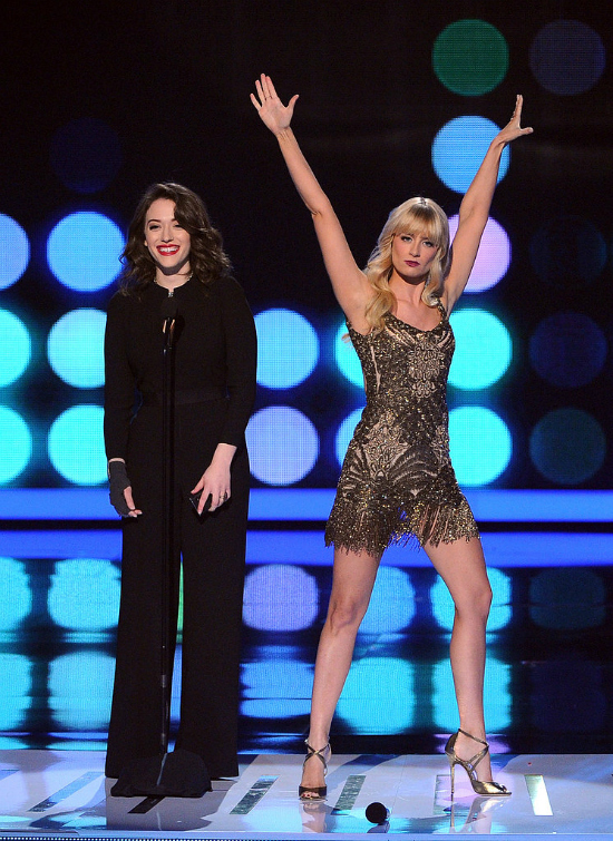 Divertidas como nos tienen acostumbradas las 2 broke girls le pusieron diversión y estilo a los People's Choice Awards 2014. De estos looks me quedo nuevamente con el de Beth.