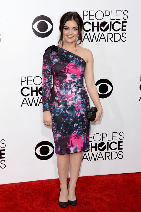 Raro. El vestido de Lucy Hale venía bien en cuanto al color, pero el largo no favorece su corta estatura. ¿El hombro al aire? lo dejaría pasar.