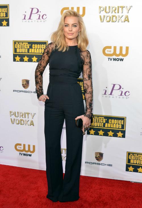 Margot Robbie, imponente. Se bancó los pantalones y la rompió. Gran look.