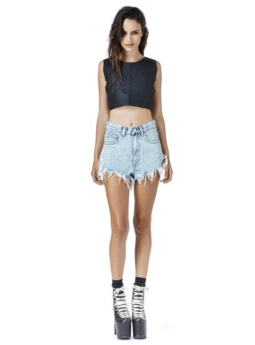 Los shorts de jeans son buenos aliados siempre, los que tienen más flecos son una buena opción que seguirá vigente el año que viene.