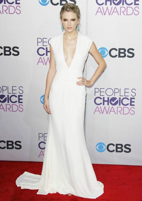 Más blanco, Taylor Swift dejó los brillos de lado y llegó con un estilo muy ella. El vestido con escote prominente y total white para mí fue un acierto.