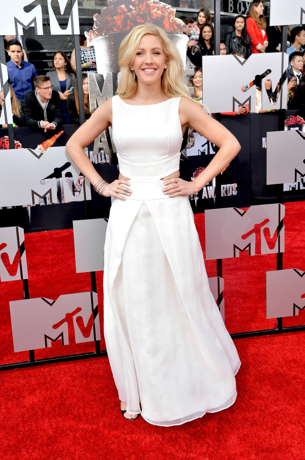 Ellie Goulding hizo un mix de varias tendencias y lució un diseño blanco, con recortes. Increíble.