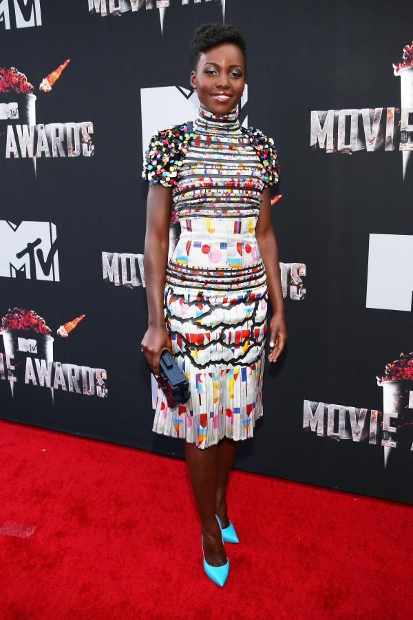 Ella sabe que los colores le sientan bien, y este vestido era el vestido IDEAL para este tipo de entrega de premios.