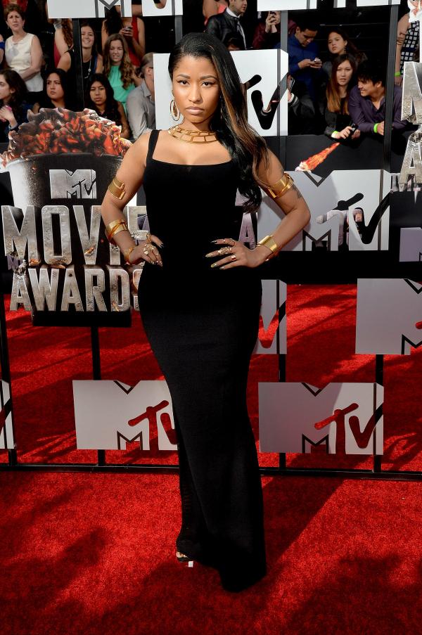 Nicki Minaj muy sutil, con un vestido negro recto y el cabello negro. Me encantó.