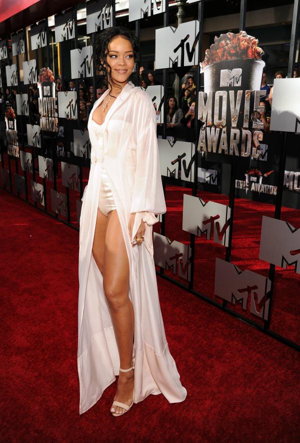 Definitivamente una de mis preferidas. Rihanna sexy como pocas, en un total white muy pero muy sugerente. Diosa.