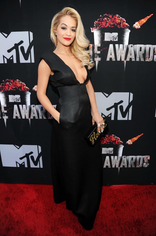 Otra favorita: Rita Ora eligió un diseño negro con un escote increíble y bolsillos. Canchera y sexy.