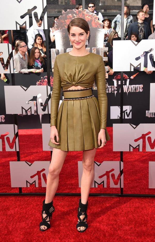 Shailene Woodley se animó a un color diferente y a un diseño que me convenció al 100%.