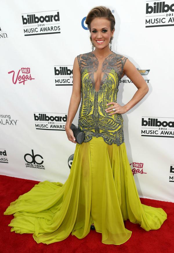 Este fue uno de los grandes diseños de la noche. Con un color super encendido, Carrie Underwood se capturó los flashes.