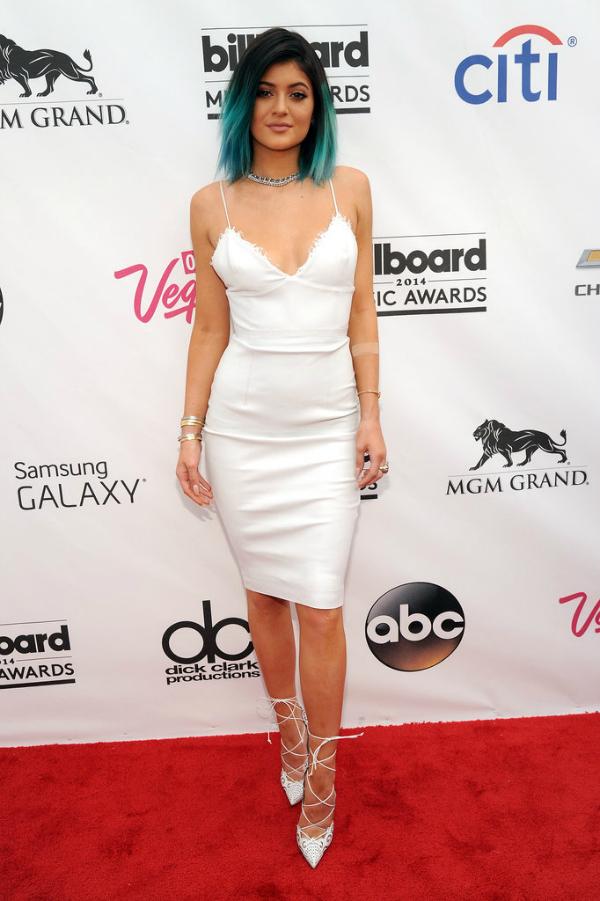 Kylie Jenner fue mi preferida. Con un look super sencillo, supo resaltar en la red carpet. Los zapatos y su green hair fueron todo.