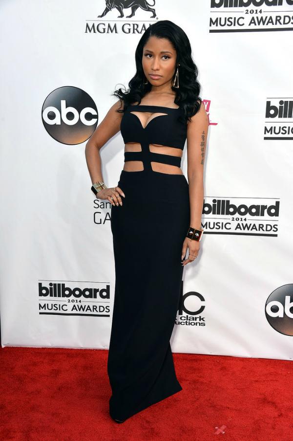 Nicki Minaj de total black, con un vestido con recortes sigue en su senda de seriedad. me gustó.