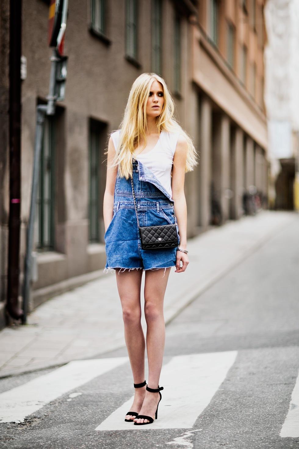 Jardinero de jean, desprendido, con una linda cartera y zapatos. FUEGO.