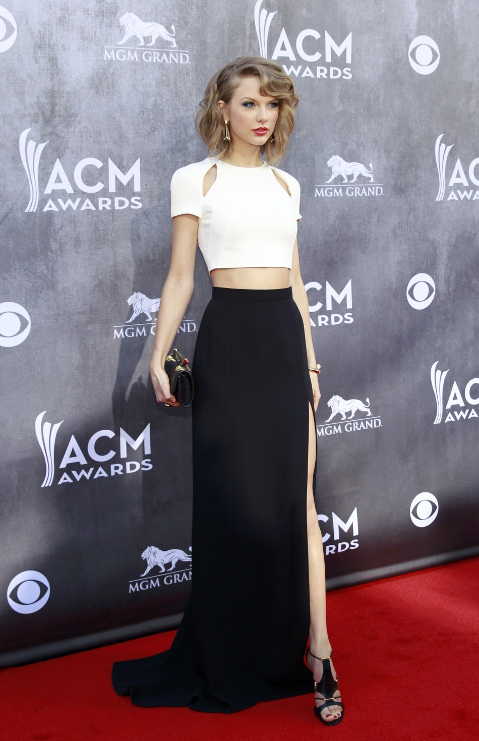 443671-country-music-artist-taylor-swift-arrives-at-the-49th-annual-academy-o