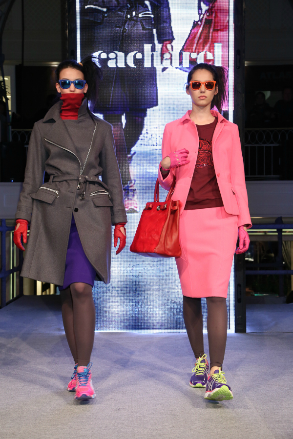 "Neón y gris en sastrería impecable; saco over en paño,  tailleur con falda rosa flúo. Cubismo para vestido ""onepiece""."