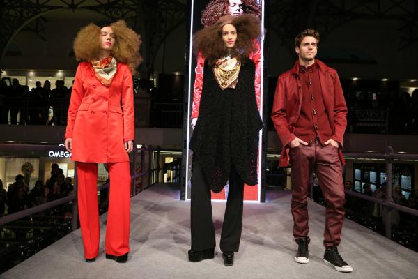 Poncho style en lana; sastrería color block fucsia y rojo; pañuelos de seda con estampa óptica, de la mano de Christian Lacroix.