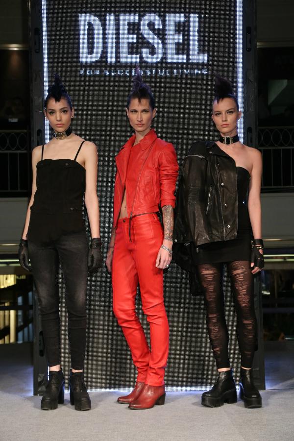 Formichetti presentó esta línea full cuero en rojo y negro. Completan jeans engomados y mini dress con detalles de cierres y campera oversize.