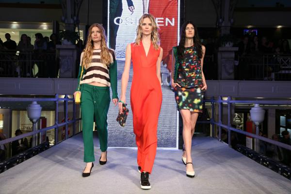 Osklen, también presentó una deportiva, fusionada con estampas y colores mundialistas. Babucha tejida, túnica sport y Oxford full estampa.