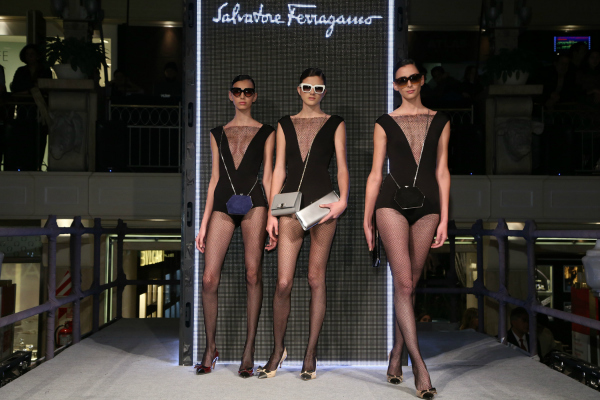 Salvatore Ferragamo nos deleitó con clutches de ultra lujo en gris satinado, azul terciopelo y negro charolado.