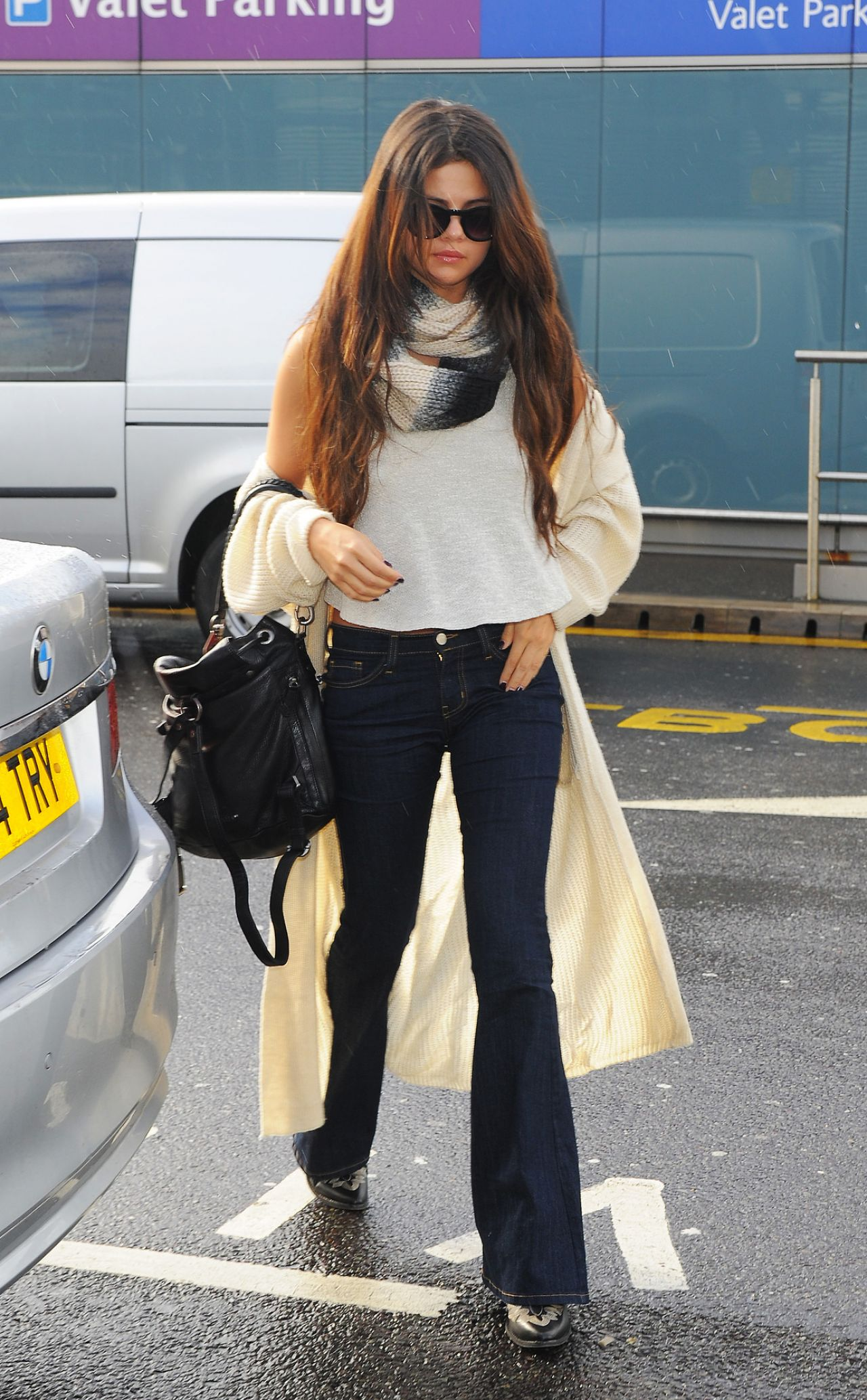 selena-gomez-street-style-at-heathrow-airport-in-london-february-2014_6