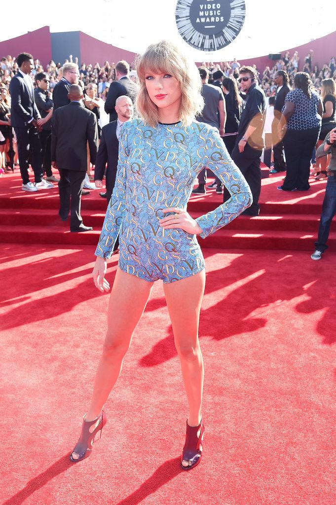 Por último, mi otra preferida. Taylor Swift, que me suele encantar, se animó a algo distinto y este mono extra pequeño le quedó increíble. 200 metros de piernas. Suicidio masivo ya jajajajaj.