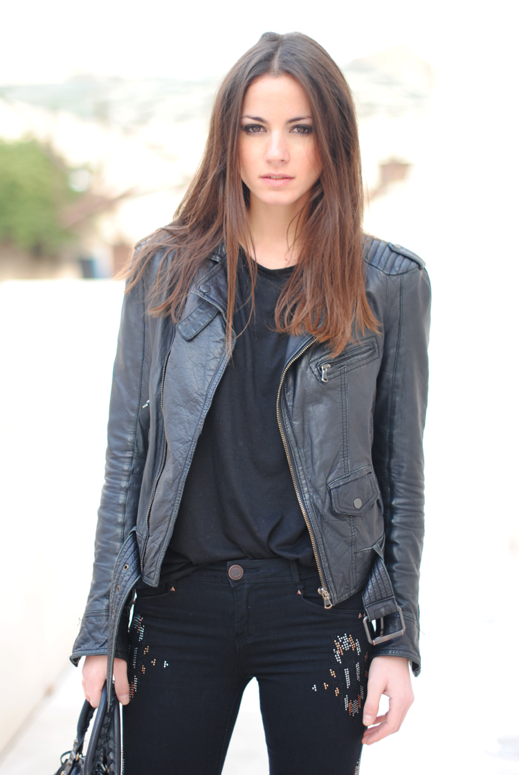 leather-jacket-biker-black-blanco-pants-street-style-barcelona